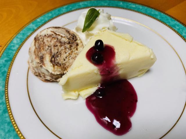 究極の贅沢チーズケーキ マーブルアイスを添えて